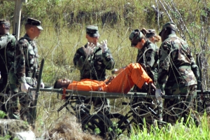 Transporting_a_Guantanamo_captive_on_a_stretcher_in_2002-02